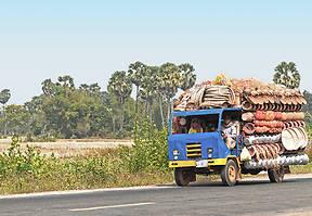 Busse sind das beste Verkehrsmittel, um in Kambodscha zu reisen. Unser Ziel ist Battambang, eine Stadt westlich des Tonle Sap Sees.
