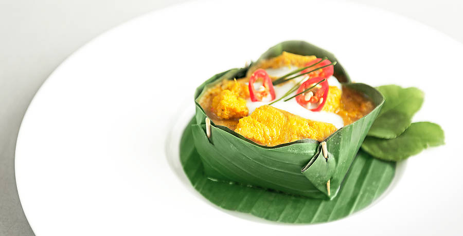 Fisch-Amok, das kambodschanische Nationalgericht, wird in Bananenblattkörbchen gedämpft. Viel Vergnügen mit dem Rezept des wohl besten Fischcurrys.