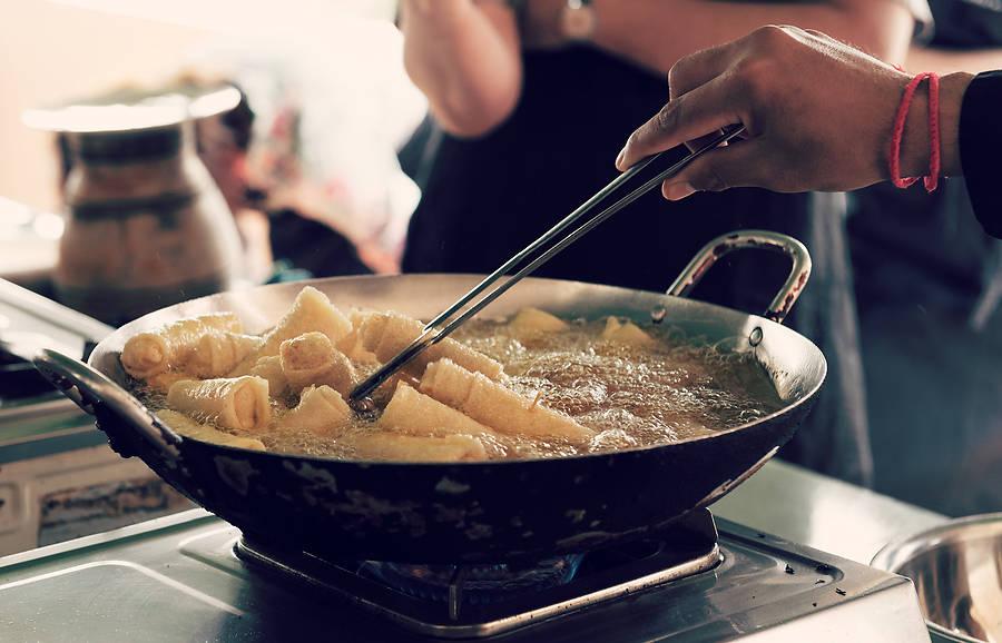 Wie man vegetarische Frühlingsrollen schnell und lecker selber machen kann, verrät unser Original-Rezept aus einer kambodschanischen Kochschule.