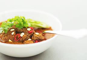 Khmer Muslim Beef Curry ist ein exotisches Rezept, das traditionelle muslimische Küche mit den frischen Zutaten Kambodschas vereint – zum Verlieben!