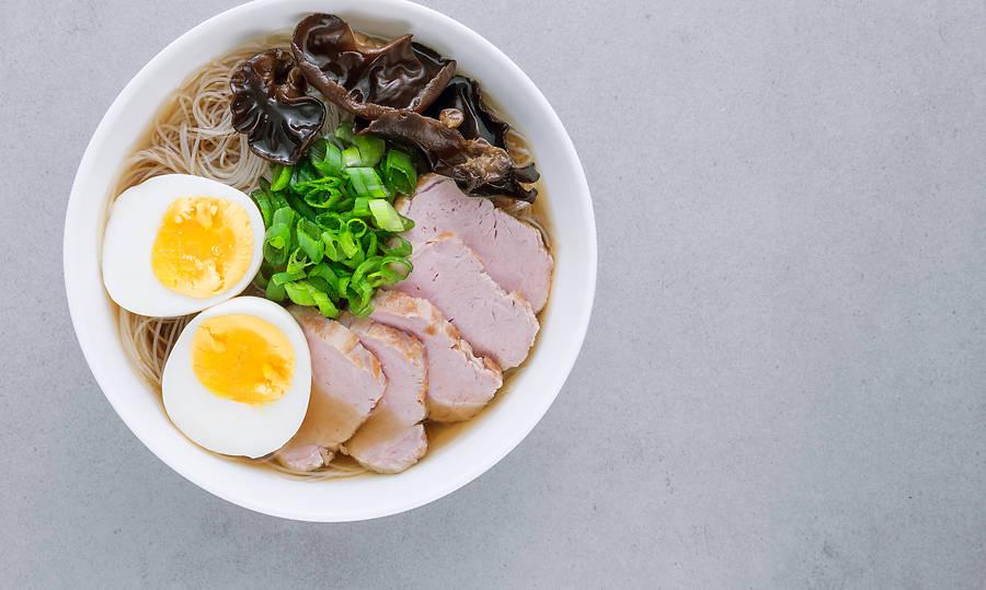 Das Lieblingsfrühstück der Kambodschaner ist die ursprünglich aus China stammende Suppe Kuy Teav. Mit diesem Rezept gelingt sie leicht.